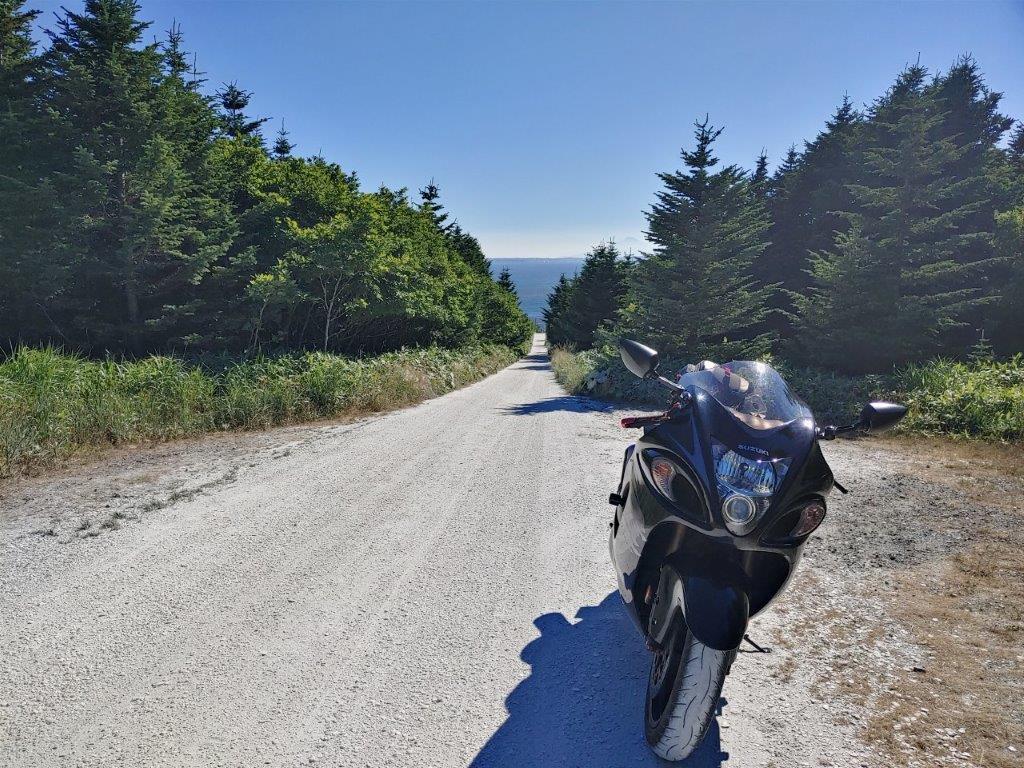 愛車と白い道、奥に見える海は日本海です